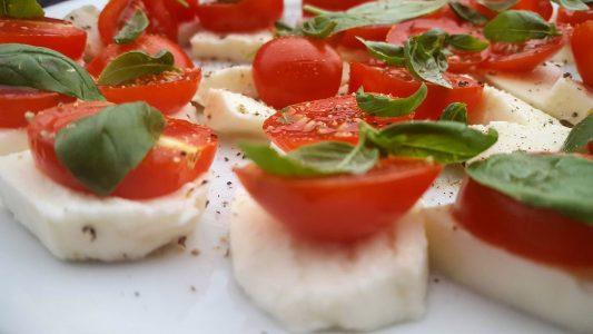 Ensalada de tomate con aceite y mozarella